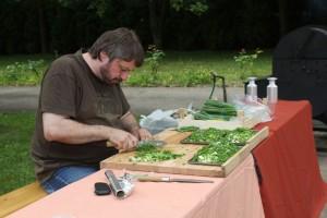 František krájí cibulku, ale jarní, do škvarků použijte obyčejnou žlutou