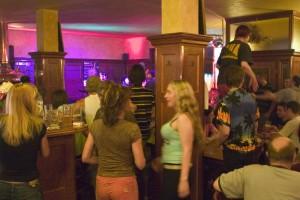 eptejte se ve vaší oblíbené hospodě, zda vám mohou nalít nějaký pivní hybrid... (v této - Pivovaru u Bulovky - se tančí i na stole)