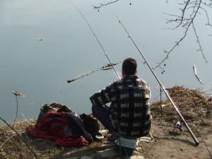 ...rybář nemarnil čas a k vodě už se posadil!
